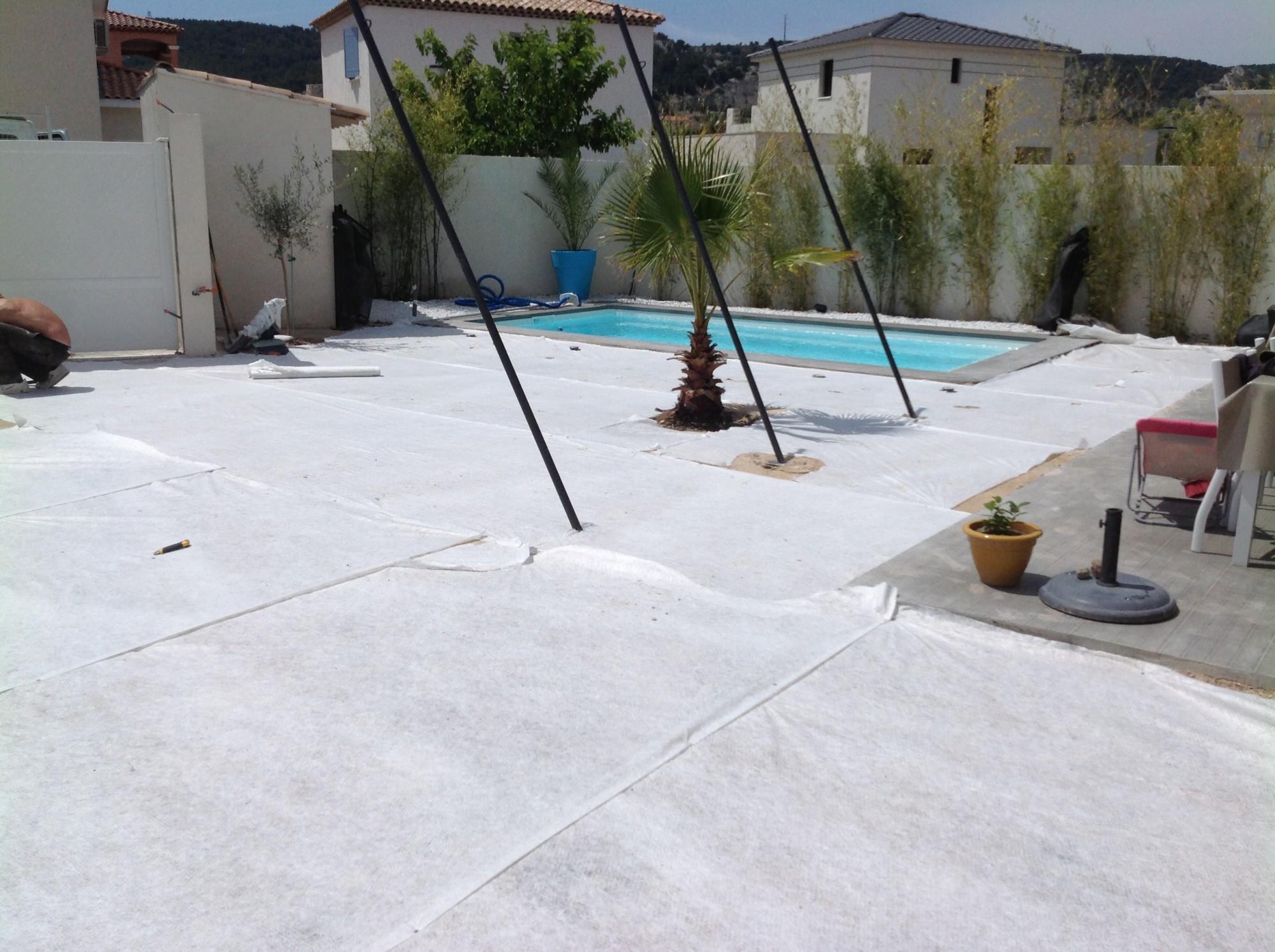 Mise en place du géotextile pour pelouse artificielle à Montpellier